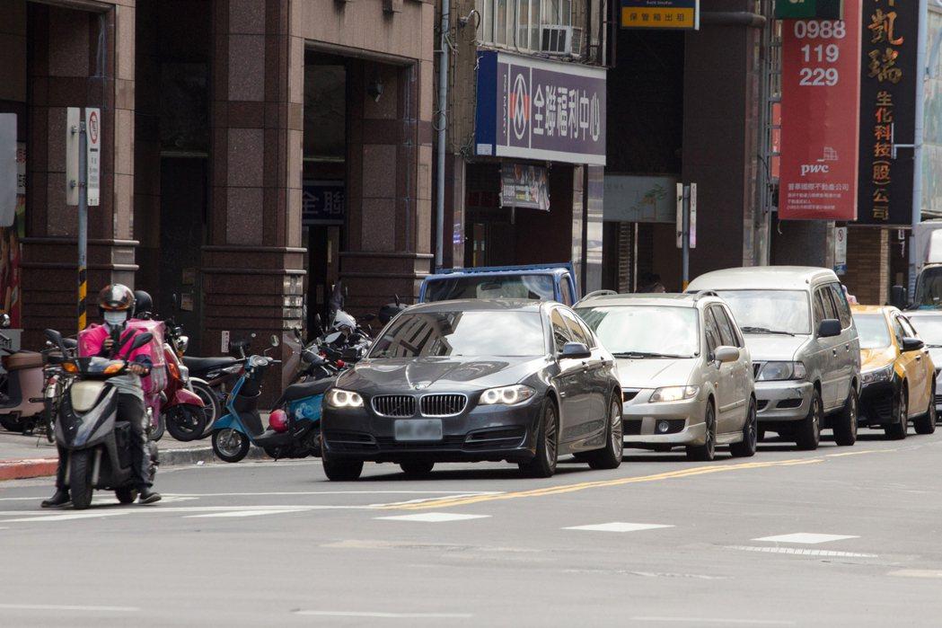 外送平台司機在夏天工作時需將全身包覆避免曬傷,但長時間騎乘機車穿梭都市間,勞動所...