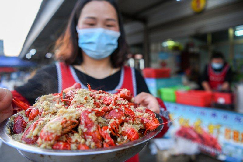 最強「夜消王者」小龍蝦助力大陸各個城市的餐飲地攤經濟。新華社