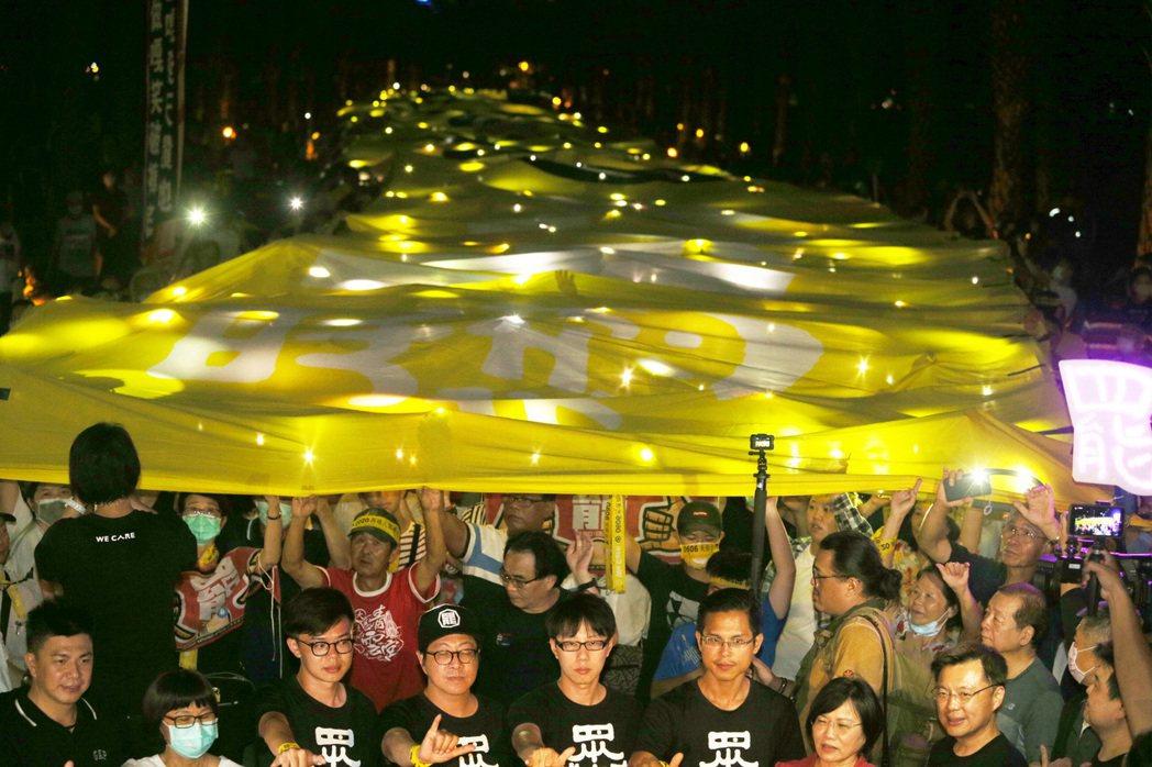 罷韓遊行昨晚舉起超級黃絲帶,表達堅定罷韓決心。記者劉學聖/攝影