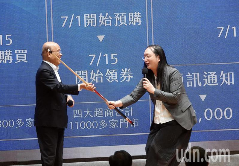 蘇貞昌昨舉行記者會公布振興三倍券方案,並親自拿撞球桿給唐鳳說明簡報。記者邱德祥/攝影