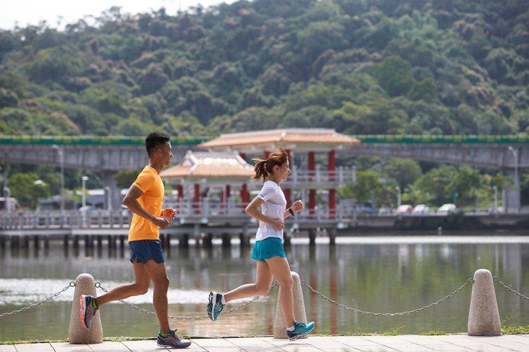 響應為全球跑步日,ASICS推出新款GEL-KAYANO 27機能性跑鞋,多種鞋...