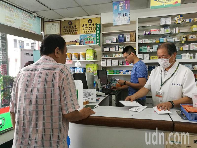 口罩解禁後,不少民眾仍習慣去藥局購買實名制口罩。圖/台南市藥師公會提供