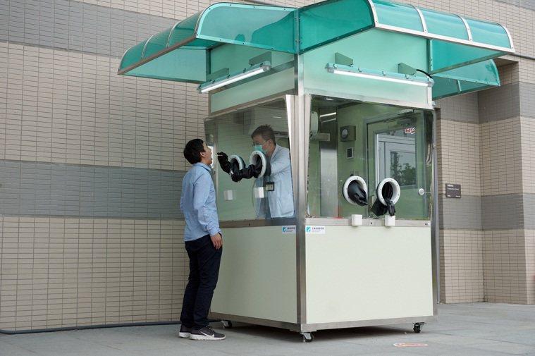 正壓式檢疫亭潔淨度優於醫院外科手術室,而類似電話亭獨立設計可減少相互感染疑慮,雙...