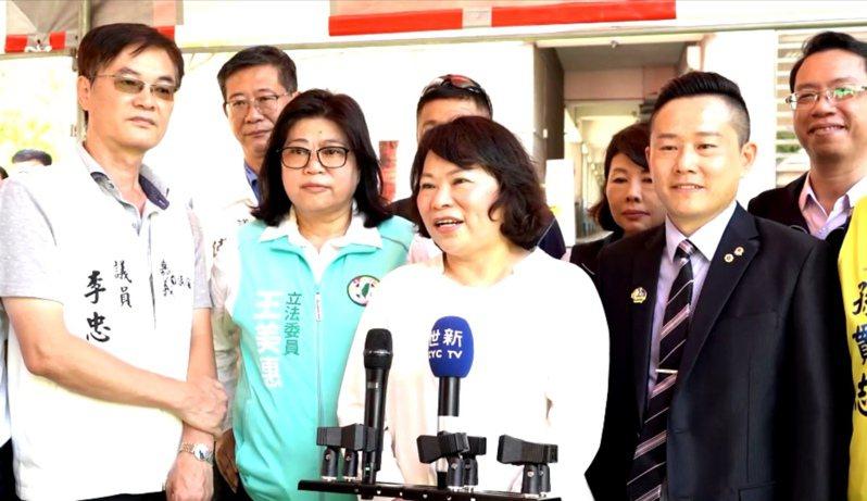 嘉義市長黃敏惠丶立委王美惠,共同邀請陳時中到嘉義市 為攤商打氣。記者卜敏正/翻攝
