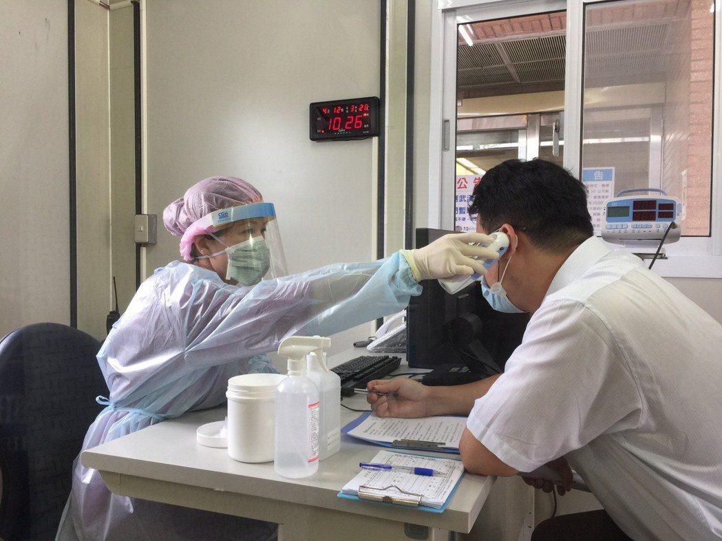 新光醫院改以快速組合屋來設篩檢站。記者簡浩正/攝影