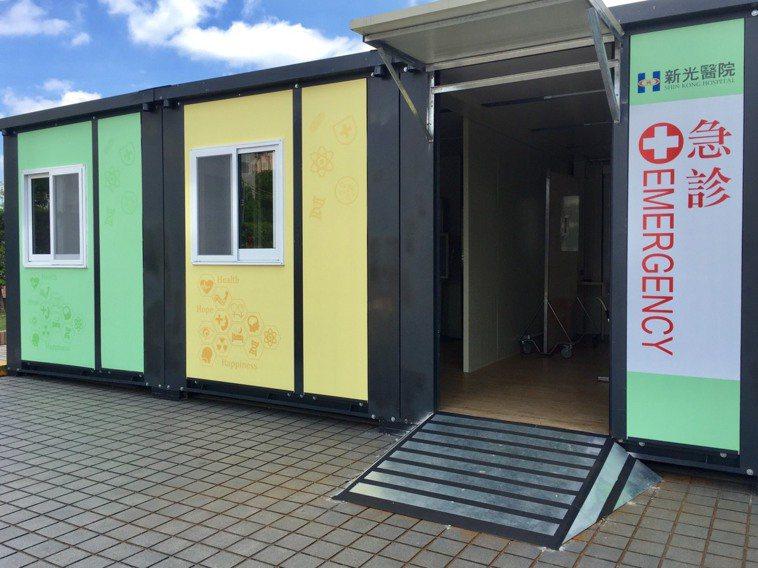 新光醫院啟用快速組合屋式戶外負壓篩檢站暨急診室,藉此抵擋酷熱溫度與降雨氣候。記者...