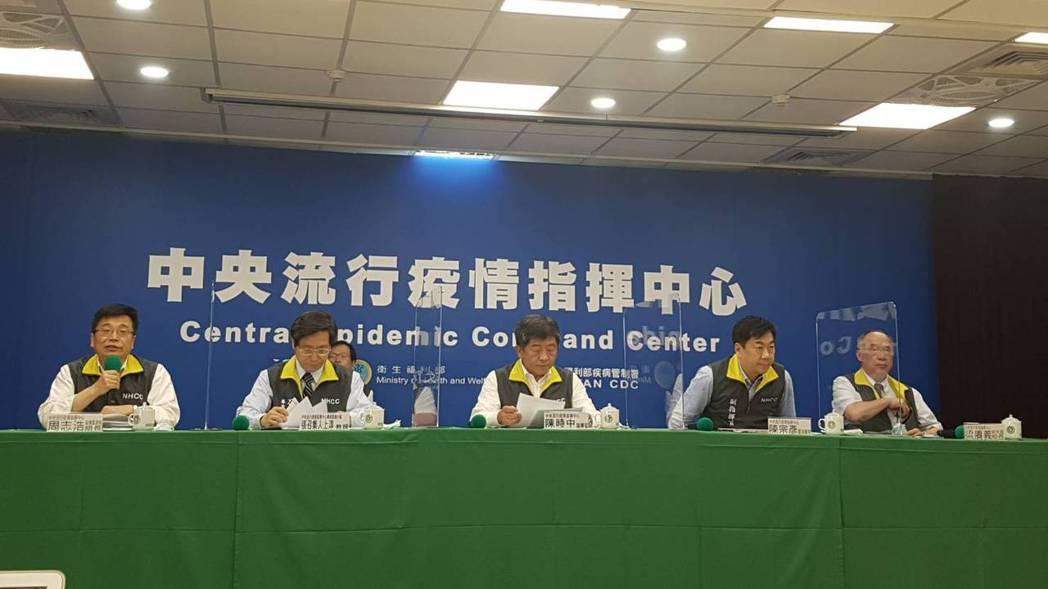 指揮中心6月3日記者會,由左到右為中央流行疫情指揮中心疫情監測組組長周志浩、專家...