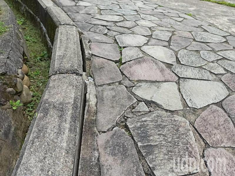 角板山園區公共設施老舊,邊坡路基不平整都是問題。記者鄭國樑/攝影
