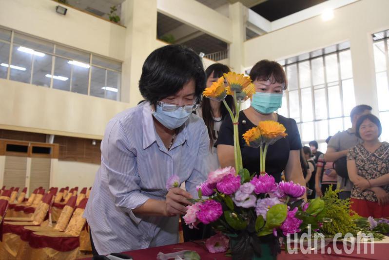 彰化縣長王惠美今天帶領插花,行銷縣內花卉。記者林敬家/攝影