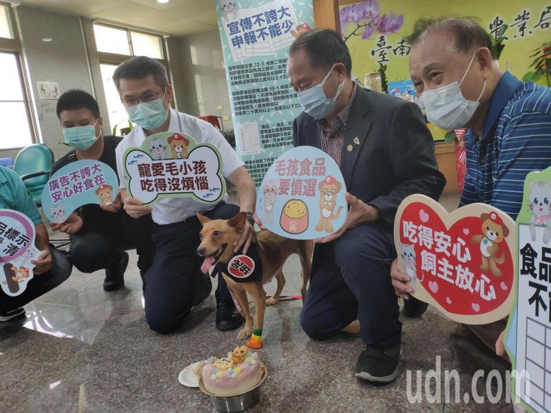 寵物食品產業商機不容小覷,台南市動保處為毛小孩食安把關。記者謝進盛/攝影