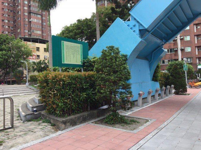 和平陸橋階梯因墩柱及階梯相連體積龐大,佔據一旁公園部分空間且造成視覺阻礙。圖/新...