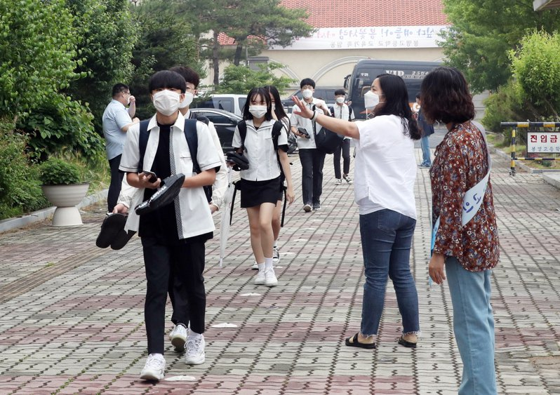 南韓3日展開第三輪返校,學生被要求保持距離。歐新社