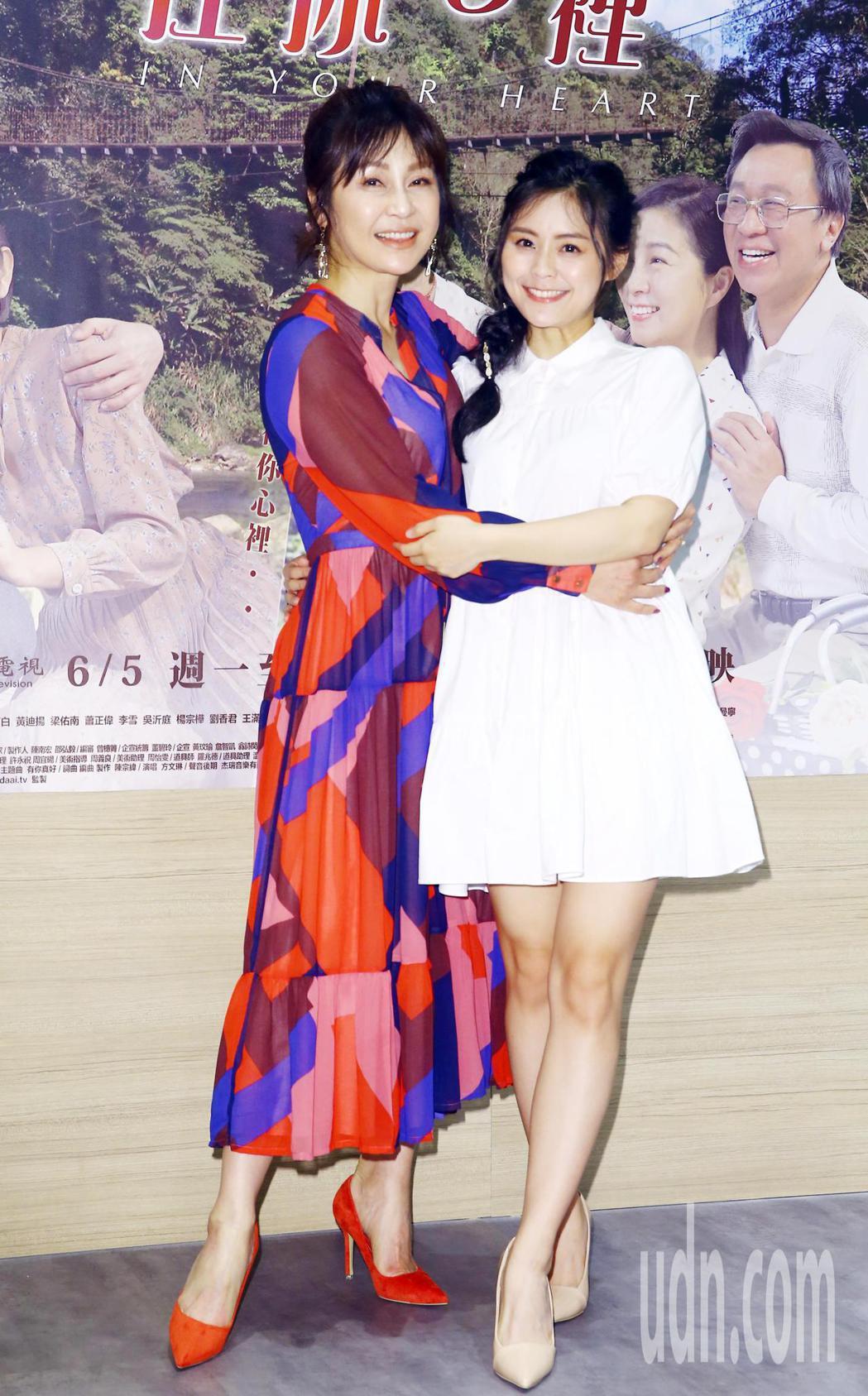 在現實生活中是對母女的梁佑南(左)與方琦(右),在大愛劇場「我在你心裡」劇中,分...