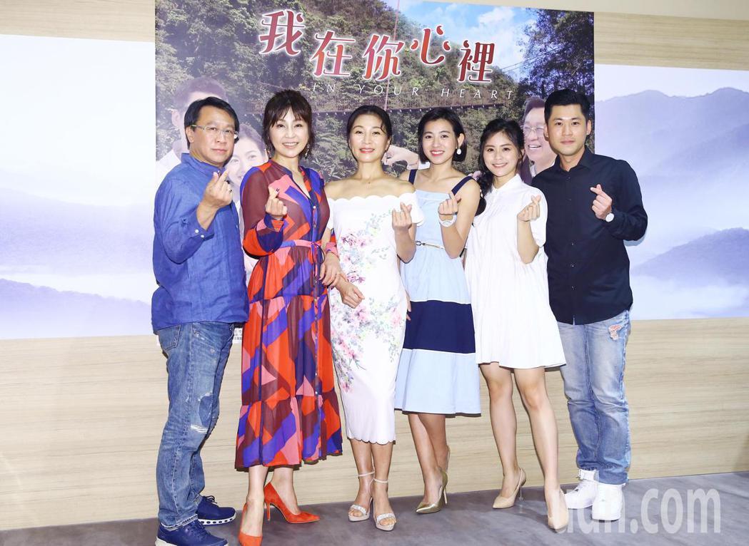 大愛新戲「我在你心裡」今天舉行試片會,包括男女主角方文琳(左三)、游安順(左一)...