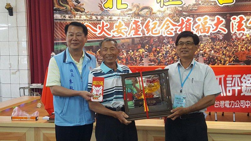 苗栗縣後龍鎮今天舉辦西瓜評鑑,西瓜王組由楊吉生贏得特等獎。記者胡蓬生/攝影