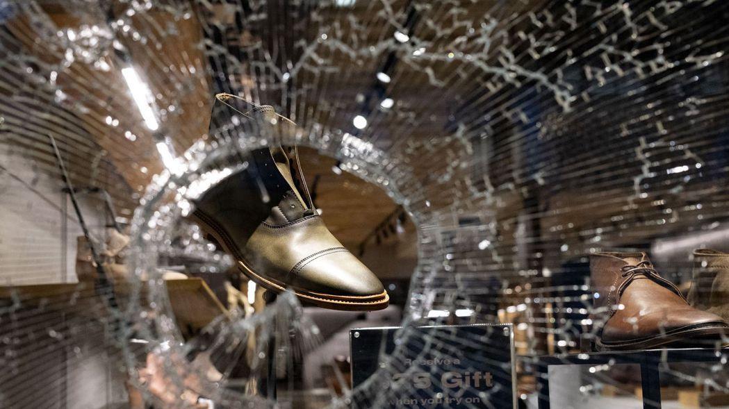 非裔男子佛洛伊德因警察執法暴力致死引發示威抗議潮蔓延全美,商店櫥窗遭示威者砸碎,...