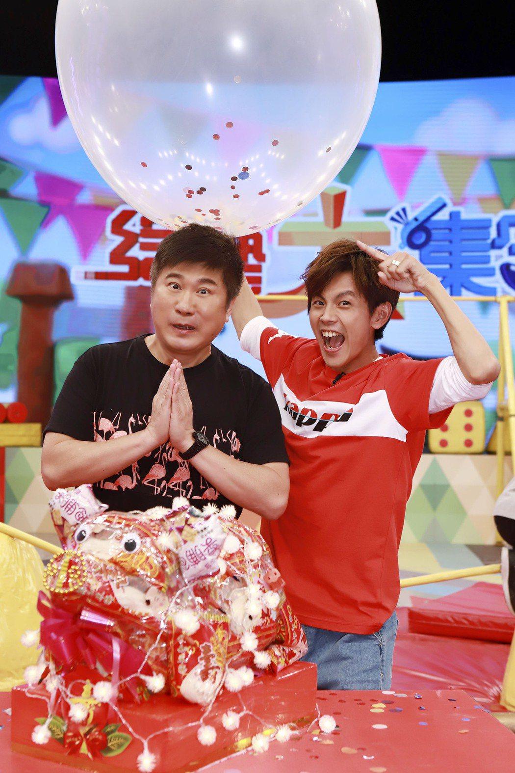 胡瓜(左)慶61歲生日,因為屬豬,搭檔阿翔悄悄推出「金豬麵線」,一邊又拿出大汽球...