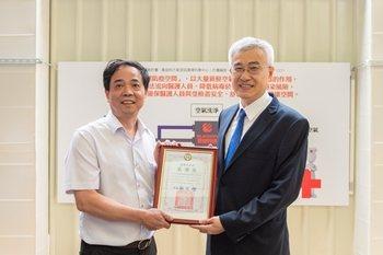 副市長李憲明(右)今天捐贈感謝狀給菁鏈科技公司副董事長呂昌橖(左)。圖/桃園市政...