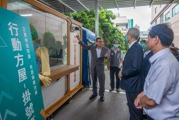 勤益科大教授翁國亮(左)解說這套防疫正負壓作業系統運作方式。圖/桃園市政府提供