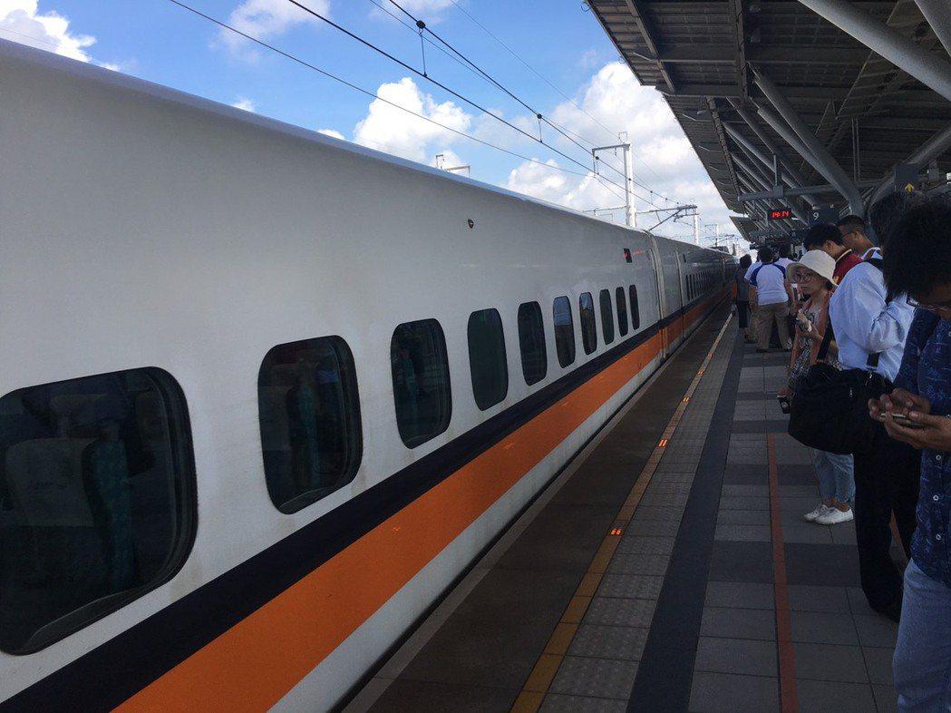 疫情趨緩,6月7日起多項交通管制措施逐漸鬆綁,其中,台鐵連續假期可賣站票,但有數...