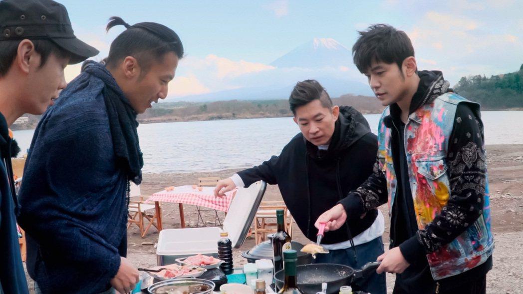 周杰倫(右)與謝霆鋒(左2)在日本富士山展開廚藝競賽。圖/Netflix提供