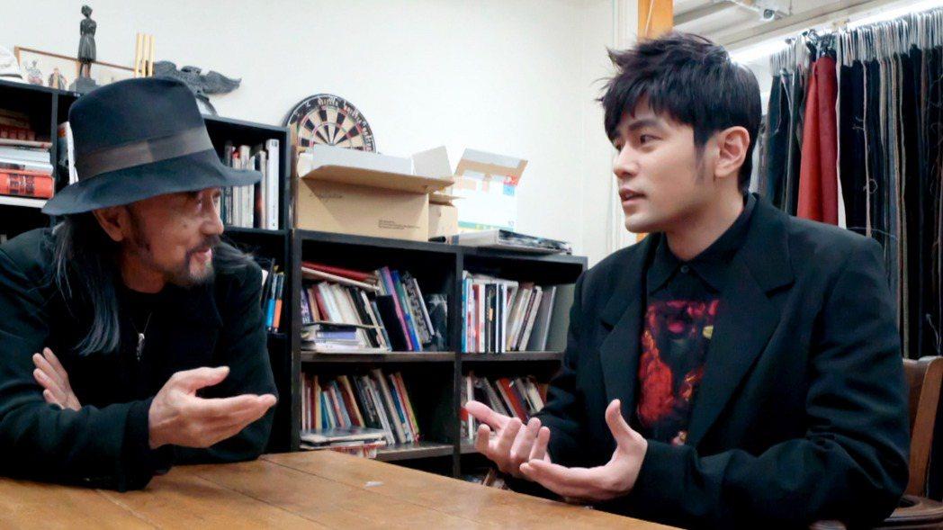 周杰倫(右)前進國際服裝設計大師山本耀司(左)的工作室,周杰倫難掩興奮神情、向山...