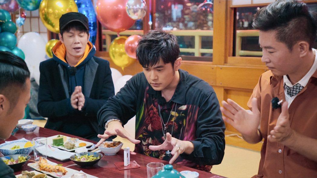 謝霆鋒(左)在日式傳統的屋形船上招待周董(右2),周董也熱情表演了五種魔術作為回...