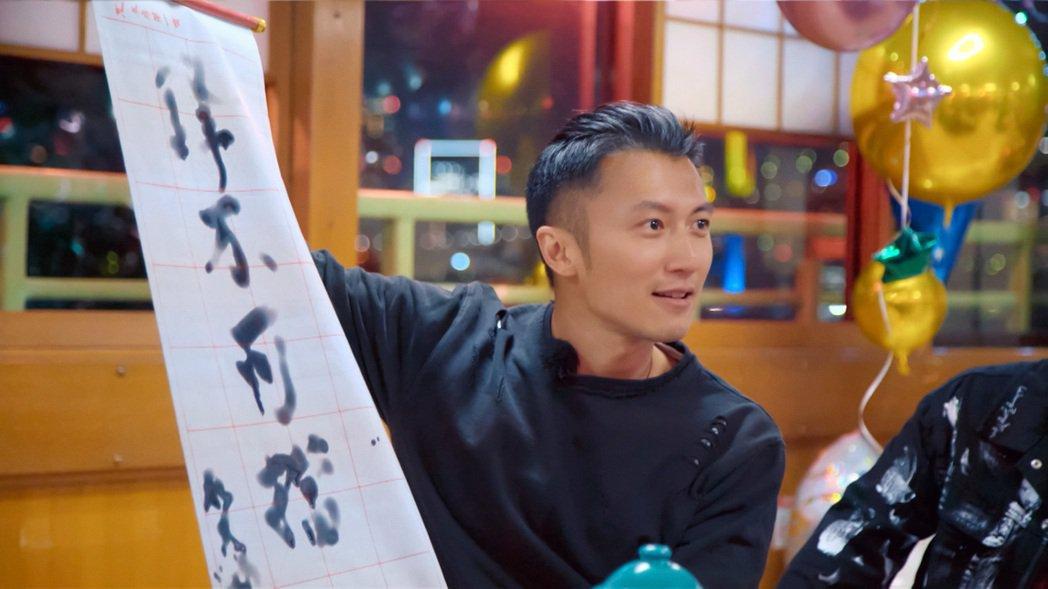 「周遊記」化妝師杜哥特別揮毫「鋒不可擋」送給謝霆鋒,感謝他這趟日本行的熱情招待。...