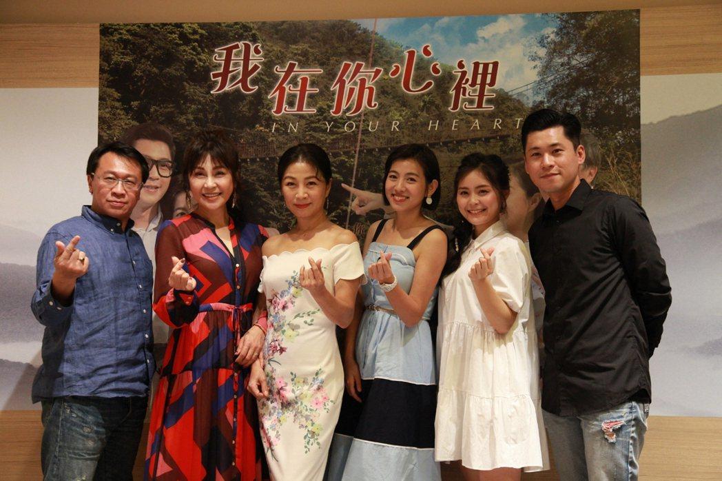 游安順(左起)、梁佑南、方文琳、米可白、方琦、黃迪揚出席「我在你心裡」試片會。圖...