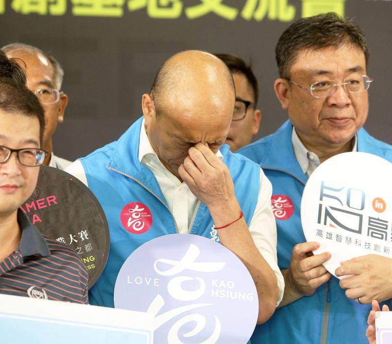 高雄市長韓國瑜今天下午出席「聯合艦隊大會師」,略有疲態,不時捏鼻樑提神。記者劉學聖/攝影