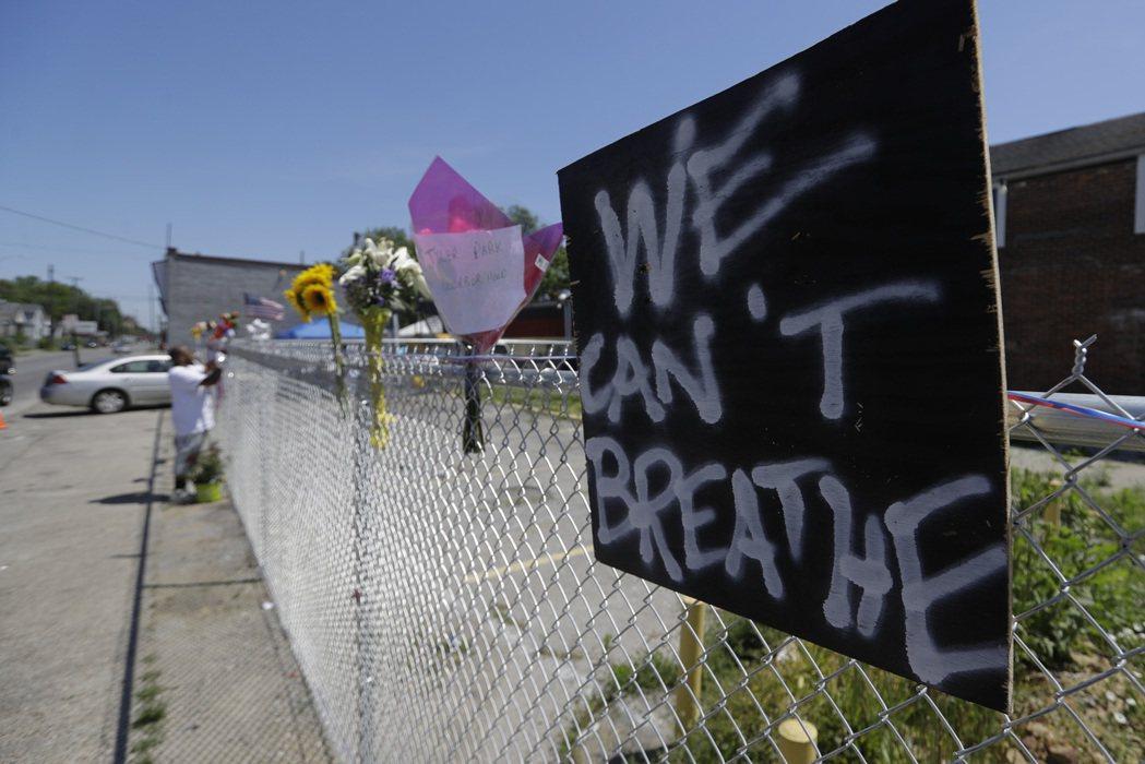 麥卡迪遭殺害隔天,許多民眾在他生前擺攤的地方獻上鮮花悼念。美聯社