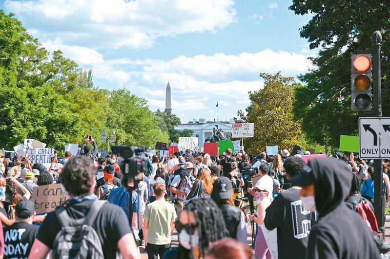 美國非裔男子弗洛伊德之死在全美各地引發暴動。圖為民眾聚集在白宮外面抗議。 (路透資料照片)