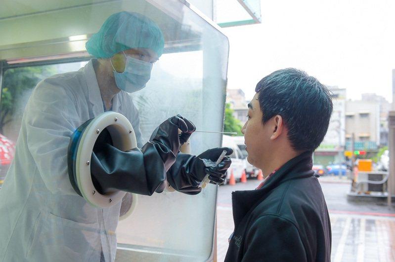 檢疫亭運用專利正壓設計,空氣只能由內往外送,受汙染空氣進不去,醫護採減零風險,只需戴口罩。圖/工研院提供