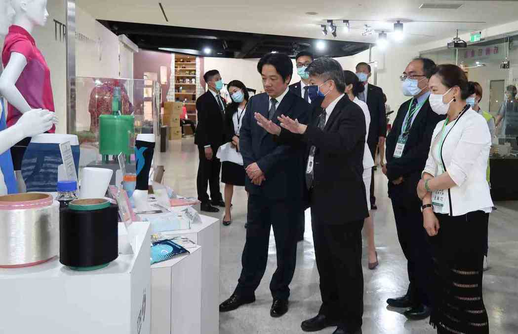 紡織所協理陳宏恩(左二)陪同副總統賴清德等貴賓參觀首次對外公開的防疫口罩展示館。...