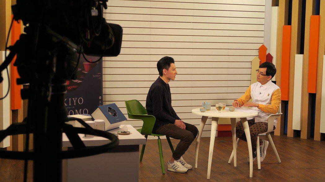 賴弘展(左)近期接受創藝多腦河節目專訪,與主持人黃子佼分享品牌理念與歷程。清友明...