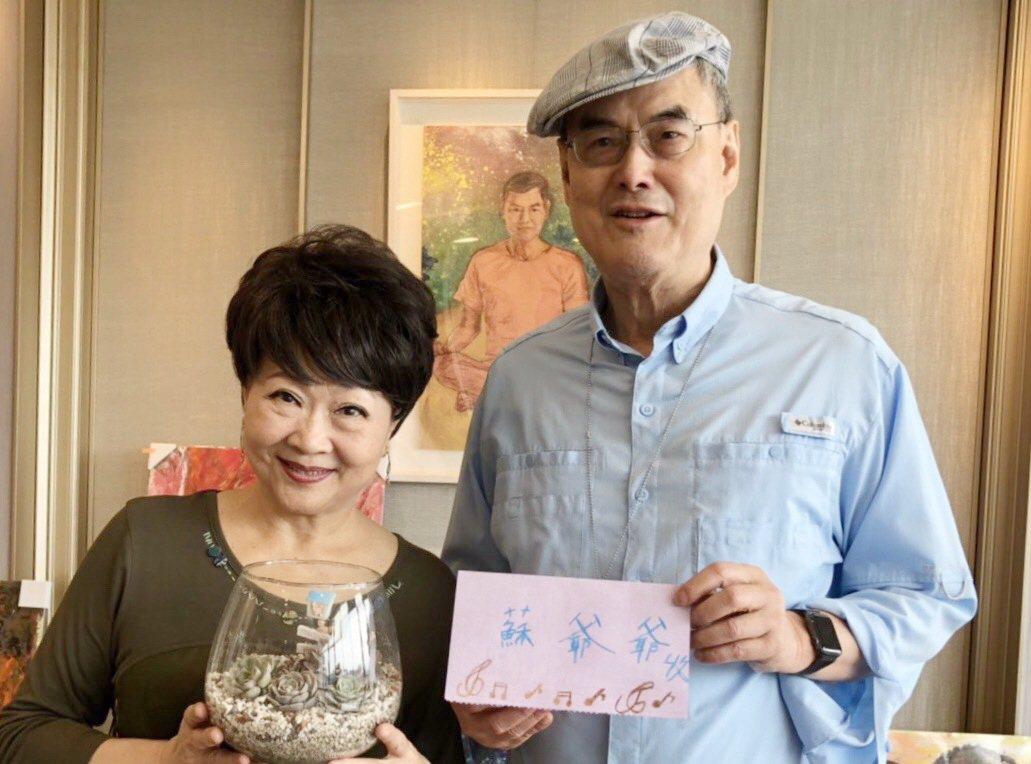 藍迪兒童之家感謝和泰大金空調董事長蘇一仲(右)愛心,由張琪代表帶來小朋友製作的感...