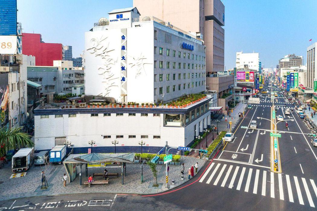台南大飯店位於火車站前圓環,是台南的重點地標。  台南大飯店 提供