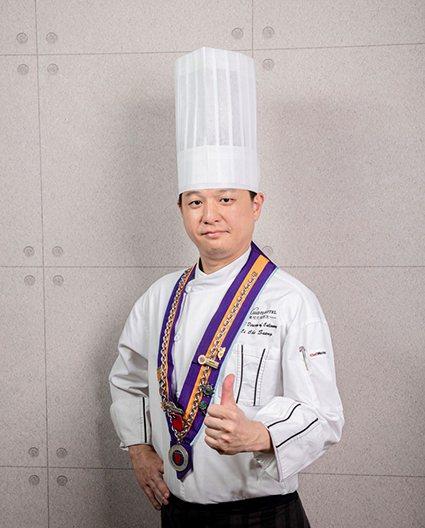 金牌主廚李哲松精湛廚藝,屢屢獲邀為政商名流及國際外賓掌廚,獲獎無數,堪稱金牌廚神...