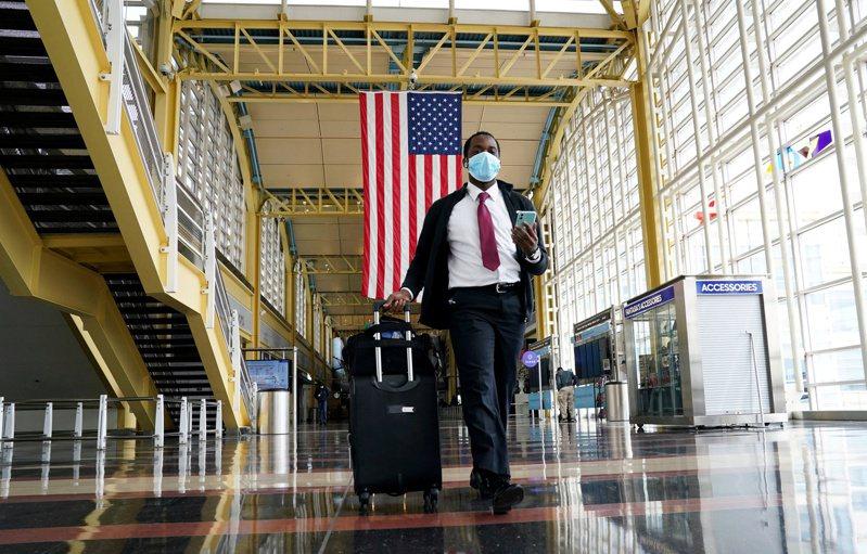 全美16州新冠確診人數仍在增加。圖為遊客走出華府雷根機場。 路透社