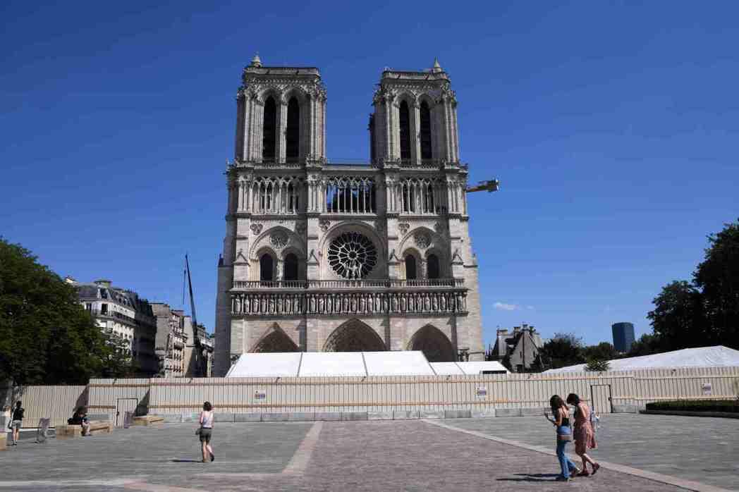 法國進入解封第二階段,進一步放寬管制措施。民眾在重新開放的巴黎聖母院前廣場穿行。...