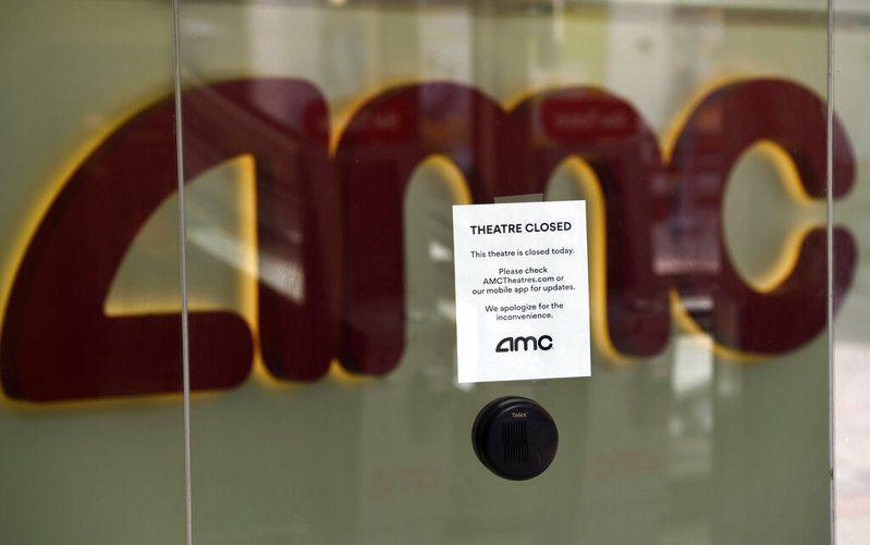 全球最大連鎖院線AMC飽受疫情衝擊,傳有經營危機。圖為4月29日時AMC電影院告知客戶因疫情關閉。 美聯社