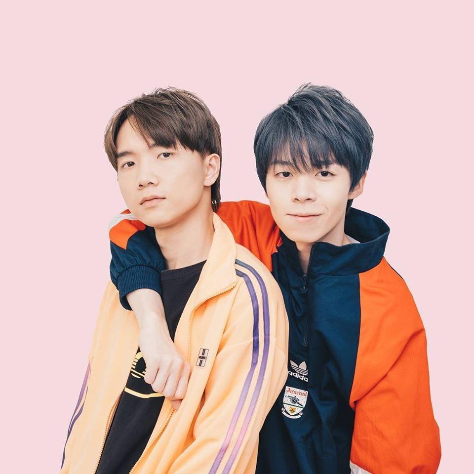 YouTuber「黃氏兄弟」由哥哥哲哲(左)、弟弟瑋瑋合組。圖/摘自臉書