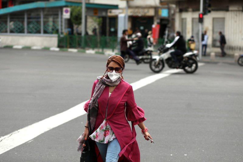 伊朗4日通報新增3574起新冠肺炎確診病例,這是伊朗自2月爆發疫情以來,單日新增病例的最高紀錄。圖為德黑蘭街頭上一名戴口罩外出的婦女。路透 路透社