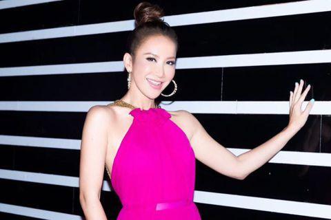 近來因新冠肺炎影響「CoCo」李玟都留在香港住處,不時拍攝跳舞影片與粉絲們解悶同樂,而她的1.5億港幣(約5.88億台幣)豪宅也意外曝光。影片中,只見李玟在客廳熱舞,一旁還有套白色半圓形沙發,客廳的...