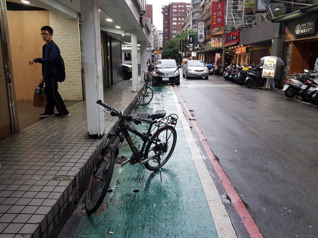 台北市標線型人行道上違規停車屢見不鮮。 圖/聯合報系資料照