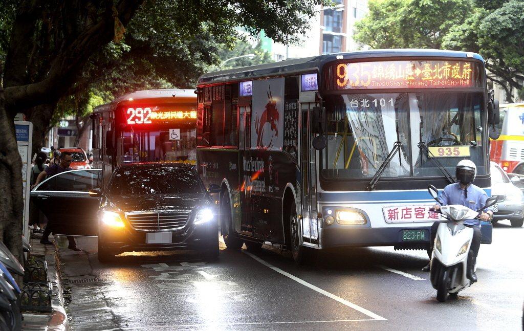 一名車主臨停在公車停靠區,導致公車必須停在快車道上,險象環生。 圖/聯合報系資料照