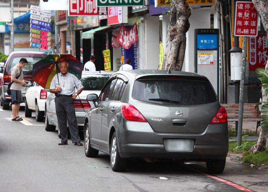 紅線違規停車導致乘客必須站出人行道等公車。 圖/聯合報系資料照