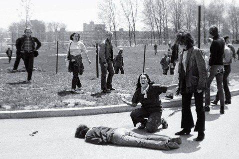中槍倒地的人是肯特州大的抗議學生米勒(Jeffrey Miller),當時他手無...