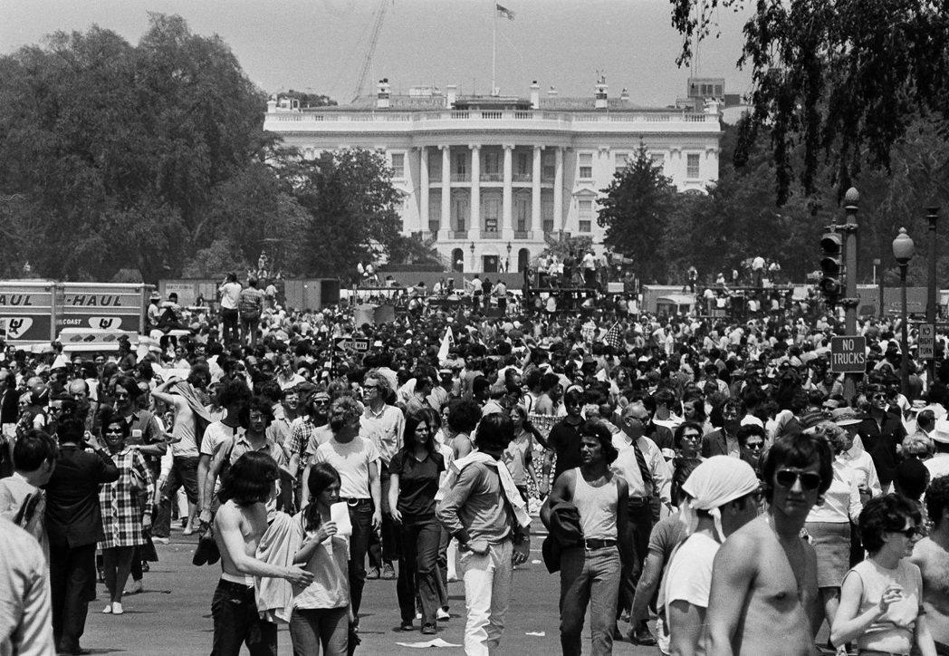 5月9日,華府聚集超過10萬名憤怒的群眾,以激進的方式抗議國民警衛隊槍擊手無寸鐵...