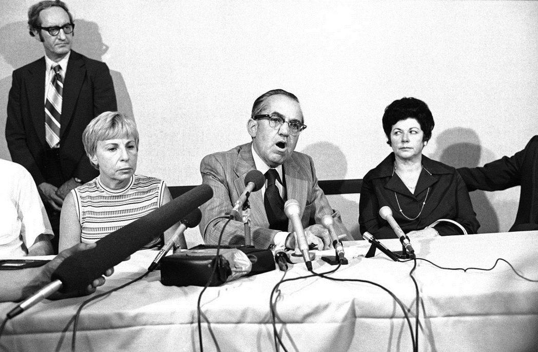 圖中央為被害家屬律師卡爾納(Joseph Kelner,2013年高齡98歲病逝...